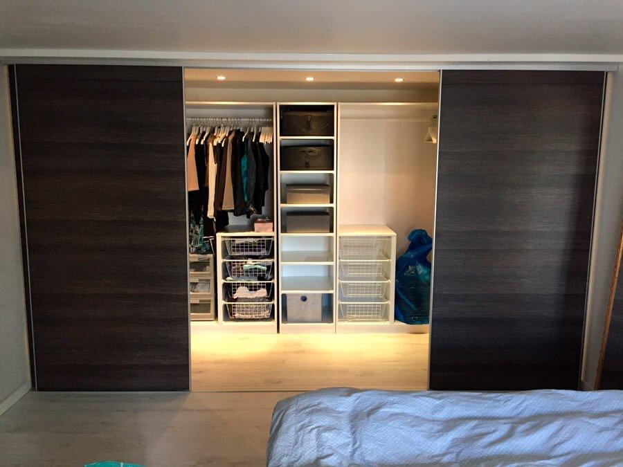 garderobeskab med hylder
